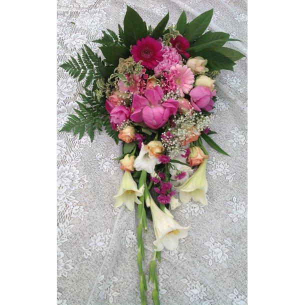 Rosa og hvit bårebukett med liljer