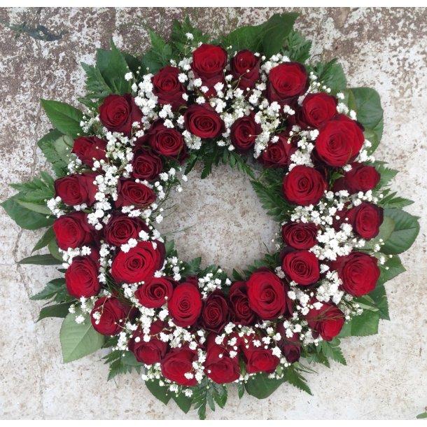 Krans med røde roser og hvite detaljer