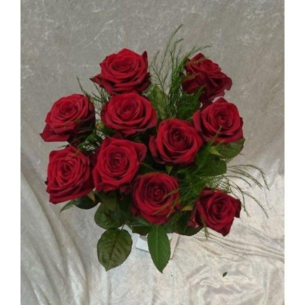 10 langstilkede røde roser