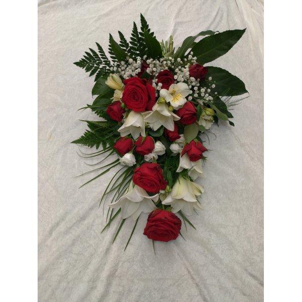 Rød og hvit bårebukett med liljer